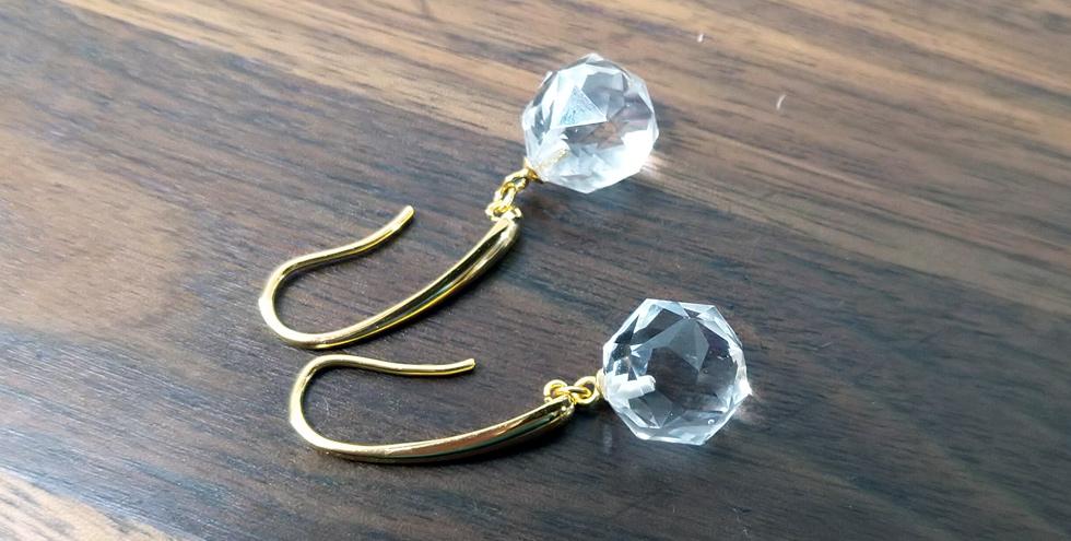 Ohrringe mit langen vergoldeten Bügeln und Bergkristall-Kugeln